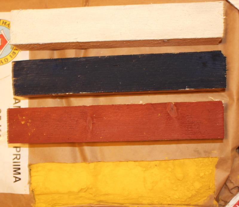 Ylhäältä titaanivalkoinen, ultramariininsininen ja italianpunainen. Alimpana keltamultaa. (Värien sävyt kuvattu sisällä lampun valossa).