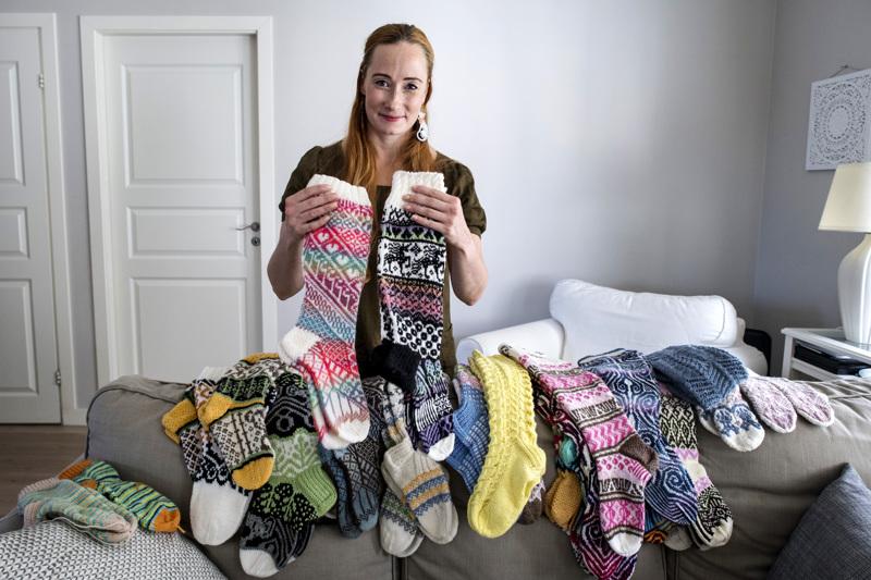 Mia Sumell on suunnitellut sukkia useisiin kirjoihin ja käsityölehtiin. Lupaus-sukkia ei vielä tässä kuvassa ole, vaan lopputuloksen näkee vasta työn edetessä.