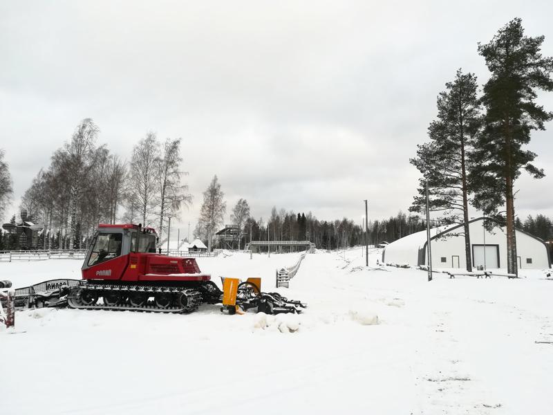 Uusi Tennis- ja Huoltohalli istuu uudistuneen hiihtokeskuksen maisemaan kuin hanska käteen.