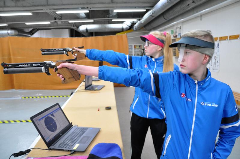 Otso-Aadolf ja Vilja-Alina Ahokangas harjoittelivat viime torstaina jäähallin ampumaradalla.