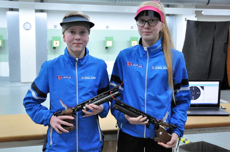 Pistooliampujina hyvin kehittyneet Otso-Aadolf ja Vilja-Alina Ahokangas kuuluvat Ampumaurheiluliiton nuorten tehoryhmään.