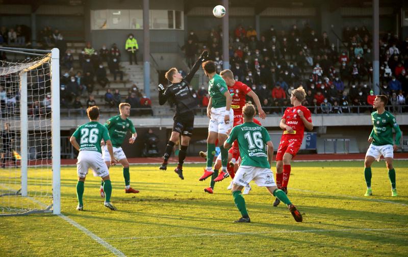 Jaro jakoi katsojille kasvomaskeja KPV-ottelussa. Tämän matsin jälkeen ei Pietarsaaressa saanut enää pelata yleisön edessä lainkaan. Kuvassa palloon kurottaa punapaidoista lähimpänä Jim Myrevik.