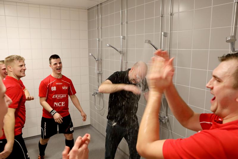 Jeppis FBC nousi maaliskuussa riemukkaasti kakkosdivisioonaan. Valmentaja Markus Åbb (suihkussa) sekä pelaajat Jonas Björkström, David Hjulfors ja Sami Saari ottivat asiasta ilon irti.