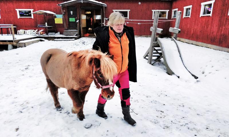 """Dynamiitin eläkeläispäiviin kuuluvat jatkossakin kärrytreenit, lisäksi on luvassa agilitya uutena lajina.  Patricia """"Pati"""" Haglund taluttaa tallin tähteä."""