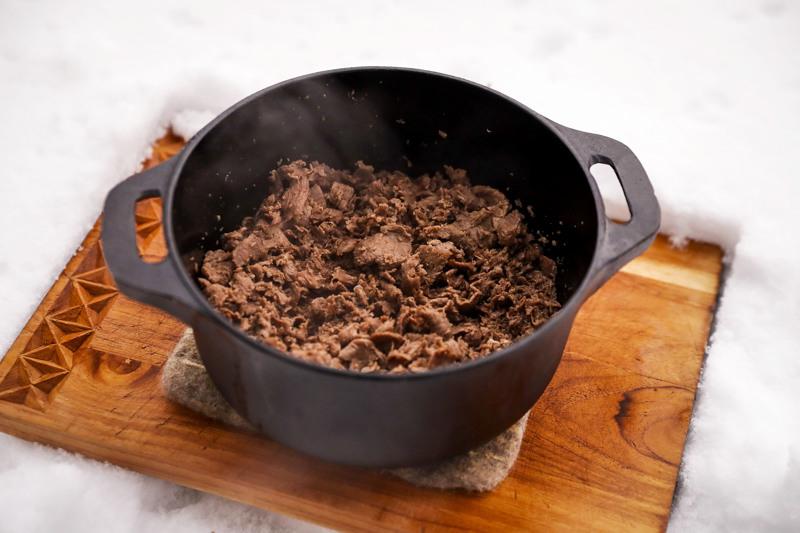 Poronkäristys on paras valmistaa isossa rautapadassa. Käytä lieden isointa levyä, jotta saat lämmitettyä padan riittävän kuumaksi.