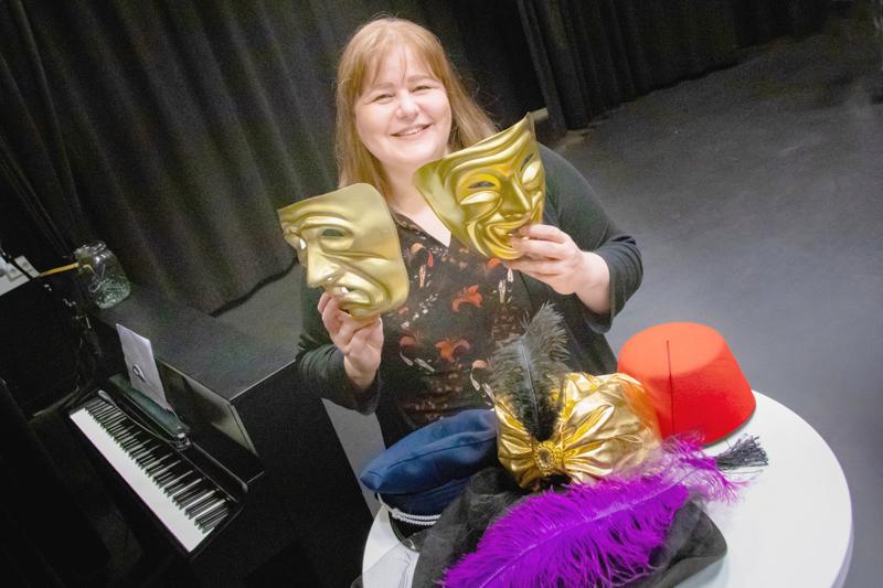Katja Hakalan elämässä taide ja teatteri näyttelevät suurta osaa. Päivisin Hakala on peruskoulun uskonnon- ja taideaineiden opettaja, iltaisin teatteriohjaaja, ja öisin syntyvät käsikirjoitukset ja musiikkisävelet.