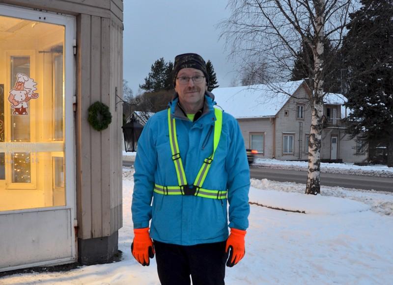 Onnea! Nimipäiväsankari Silvo Mäkelä Toholammilta lenkkeilee usein kolmen kilometrin työmatkansa.