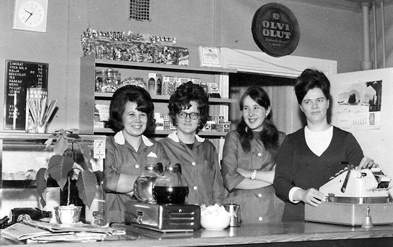 Pirkko (kuvassa vasemmalla) sekä Raili ja Kaisa Herrala työskentelivät Anitan baarissa 1970-luvulla. Baarin emäntä Anita Heikkilä kuvassa oikealla.