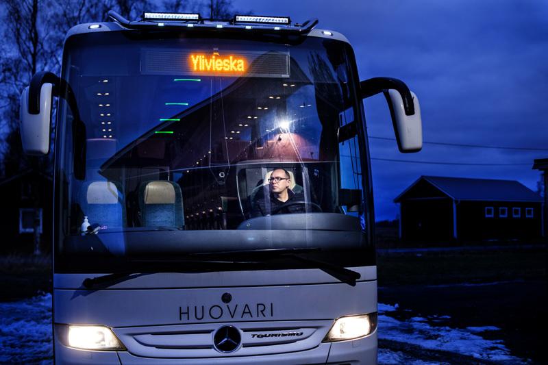 Korona-aika vähensi linja-autoliikennettä, erityisesti tilausajoja. Liikenne Huovarissa odotellaan, että kesän matkat saadaan myyntiin.