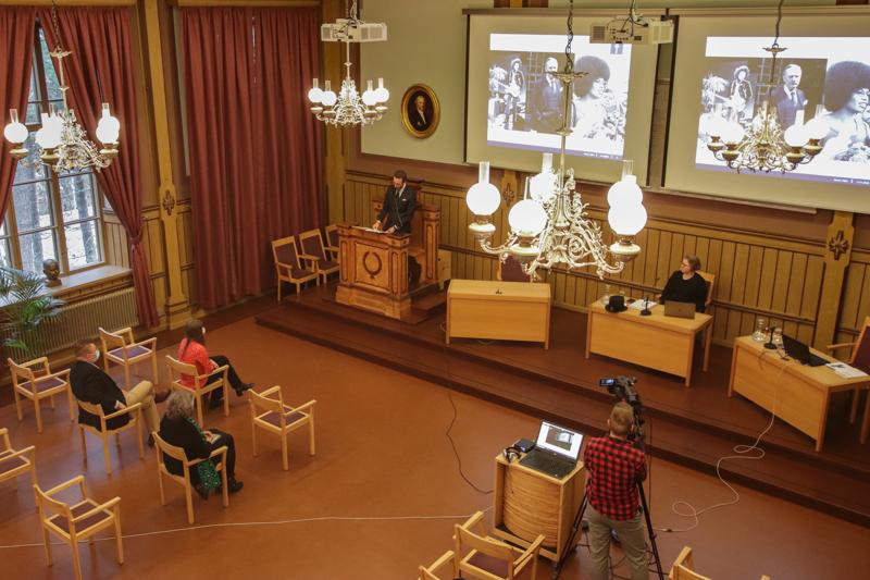 Juho Saksholmin väitöstilaisuus oli koronarajoitteista huolimatta juhlava.