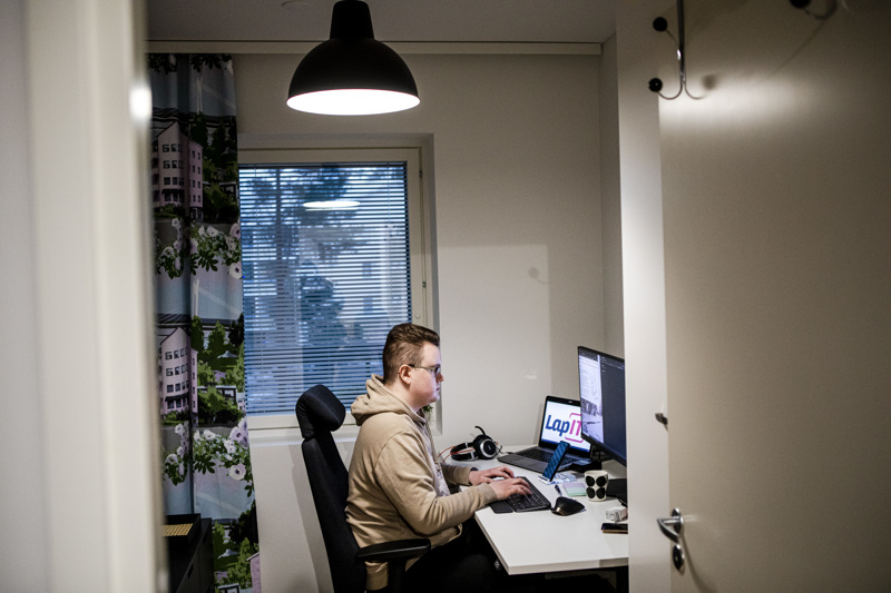 Ict-alalla työskentelevä rovaniemeläinen Matti Pehkonen on työskennellyt kotona maaliskuun puolivälistä alkaen. Kodin sähkölaskussa etätyöt näkyvät vain vähän.