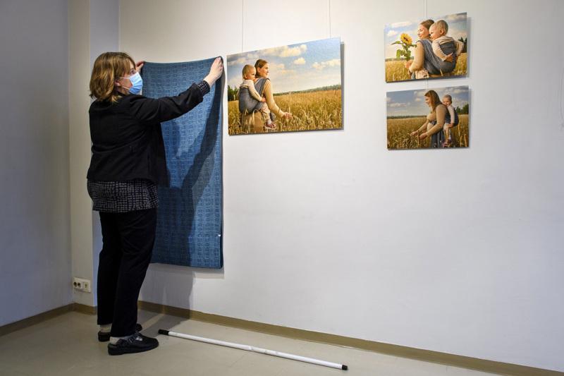 Valokuvien lisäksi Anu Sundellin näyttelyssä on esillä kantoliinoja.