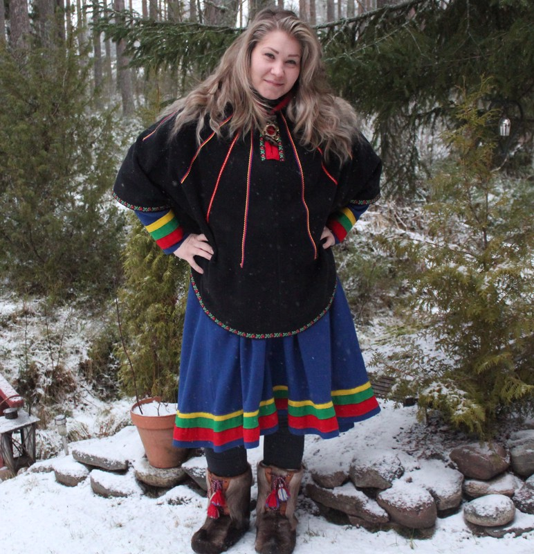 Saamenpuvut sopeutuvat säähän. Jonna Alariesto käyttää Sodankylän pukua eli gáktia sekä luhkaa.