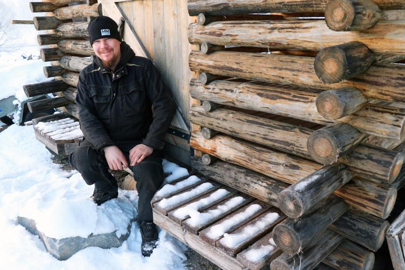 Maataloustyöntekijänä työskentelevä Harri Lempiälä nauttii vapaa-ajallaan metsätöistä. Lapsuudenkodin pihapiirissä seisova ladon puut ovat omasta metsästä.