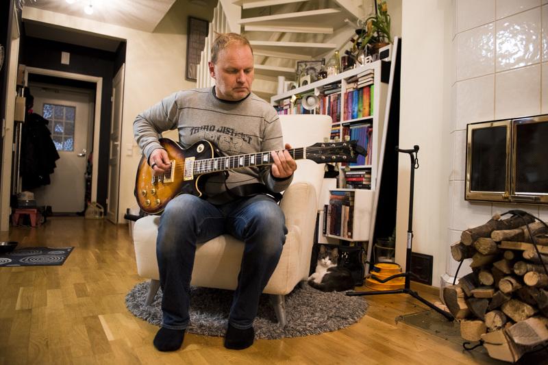 Wejjon Perikunnan kitaristi Kim Pääkkö tykkää eniten soittaa pienissä tiloissa. Nivalan Myllypub on hänen kokemustensa mukaan akustiikan osalta yksi parhaista keikkapaikoista.