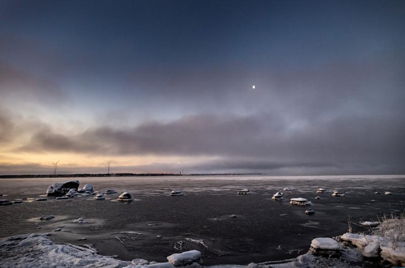 Sumua Vanhansatamanlahdella Trullevista Valkohiekoilta kuvattuna.