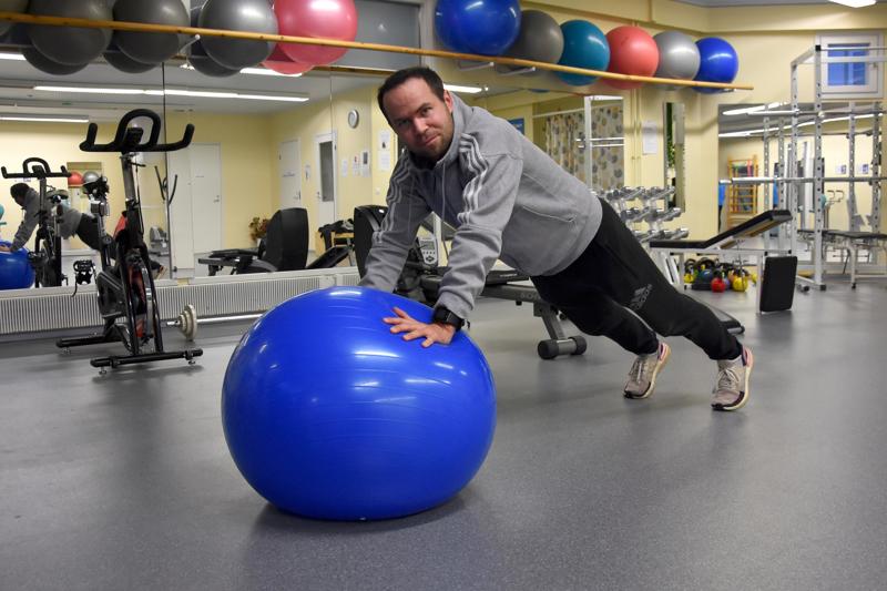 Liikettä ja kuntoutusta. Fysioterapeutti ja liikuntaneuvoja Henri Manninen työpaikallaan FysioSportti-X:n tiloissa.
