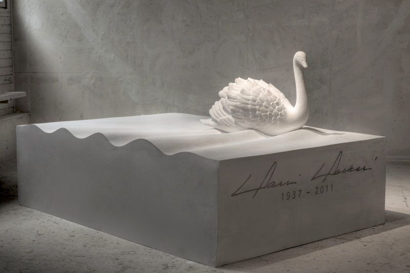 Valtioneuvos Harri Holkerin hautamuistomerkin, Veden muistin kipsimalli. Muistomerkin on suunnitellut kuvanveistäjä, taiteilijaprofessori Pekka Jylhä.