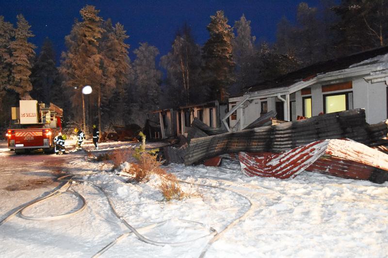Rivitalo Haapaveden Eskonkujalla paloi aamuyöllä purkukuntoon.