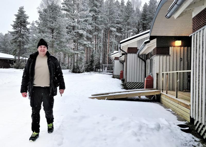 Kolme asuinmoduulia sijoittuvat saman katon alle. Örjan Krokvik, vs kiinteistöpäällikkö seurakuntayhtymästä, on tyytyväinen remontin tulokseen.