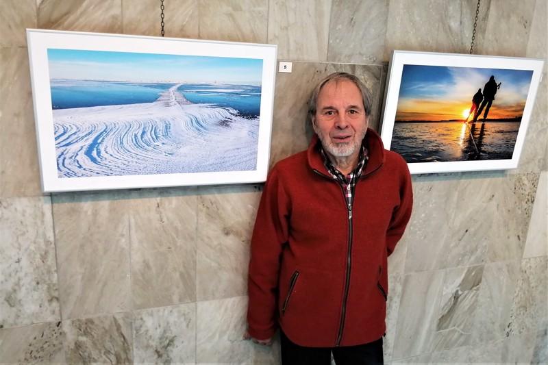 Jää ja taivas eri väreissään ja kumpi heijastuu kummasta? Oikeanpuoleisessa kuvassa harjoitettava retkiluistelu on Bo Isomaalle tärkeä juttu.