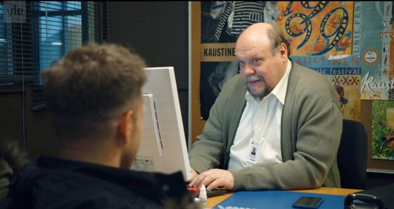 Hannu-Pekka Björkmanin esittämän Sepon työhuonetta koristavat Kaustisen kansanmusiikkijuhlien julisteet Sisäilmaa-televisiosarjassa.