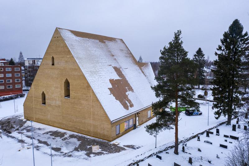 Ylivieskan seurakunta hankki vaihtokaupalla Ylivieskan kaupungilta tontin, jolle uusi kirkko rakennettiin.
