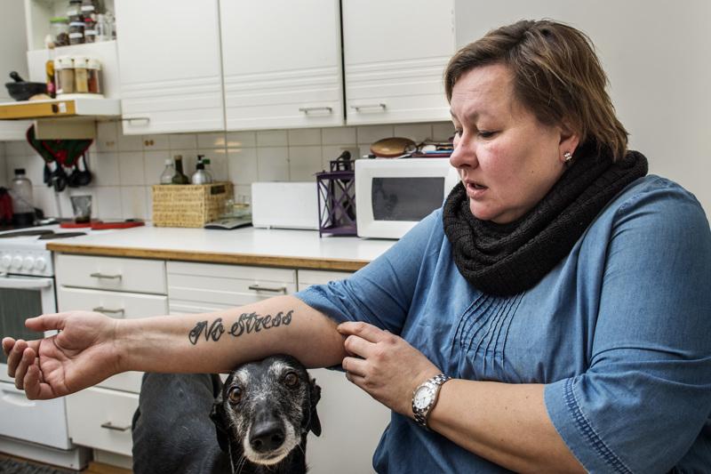 Anu Keisasella on tatuointina elämänfilosofia: No stress. Simppa-koira allekirjoittaa ajatuksen myös : Ei stressailla turhia.