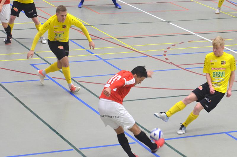 HIFK toimitti palloa maalille kaukaakin. Hassan Yaghoubin veto painui maalille saakka Jesse Heinosen ja Jesper Ojalan estelyistä huolimatta.