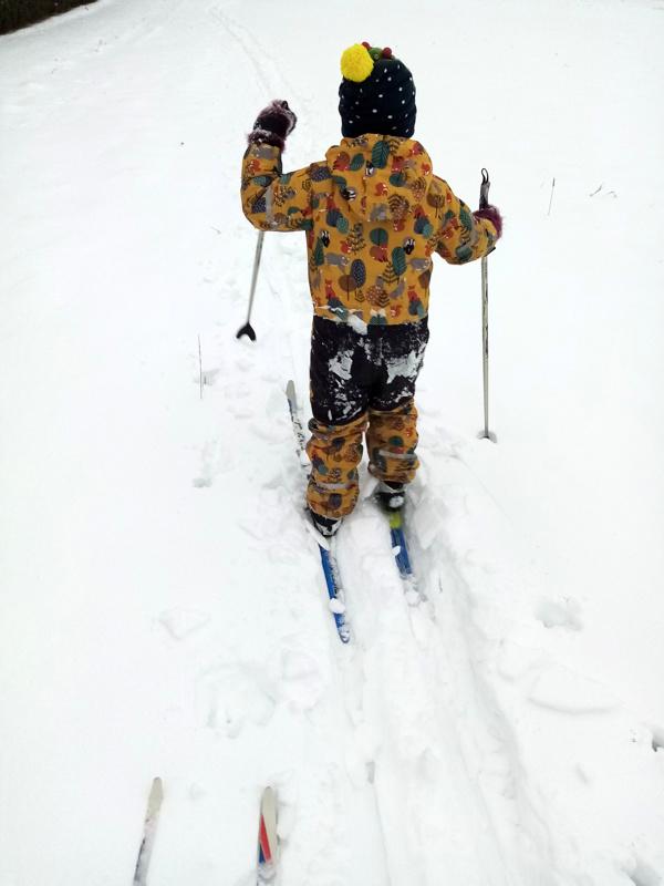 Pikkumies hiihtolenkillä.