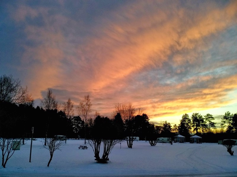 Auringon laskiessa uudenvuodenaattona Sautinkarissa.