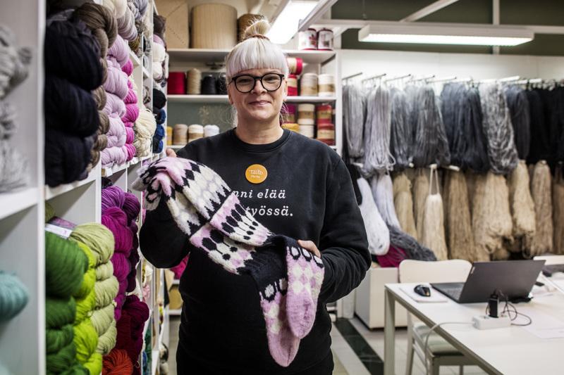 Kalajokinen Marika Saarela käy töissä Taitoshop Kankurissa, Kokkolassa. Hän vastaa Kokkolan myymälän ja Taito Keski-Pohjanmaan markkinoinnista.