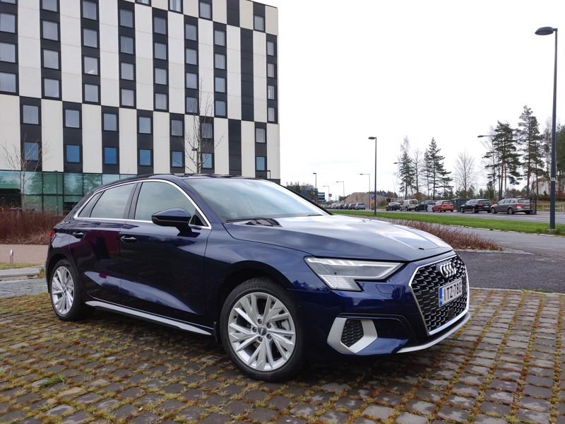 Audi A3:n perustana on Volkswagen-konsernin yhteinen alustaratkaisu, mutta matkustamon muotoilussa on tehty irtiotto hieman edullisempiin sisarmalleihin. Mukavuus- ja hyötytoimintoja ohjataan sekä perinteisillä paino- että uudemmilla hipaisukytkimillä. Näytöt ovat terävät, mutta täyteen ahdettua mittaristoa lukiessa uhkaa todellinen infoähky. Automaattivaihteisto on 7-portainen.
