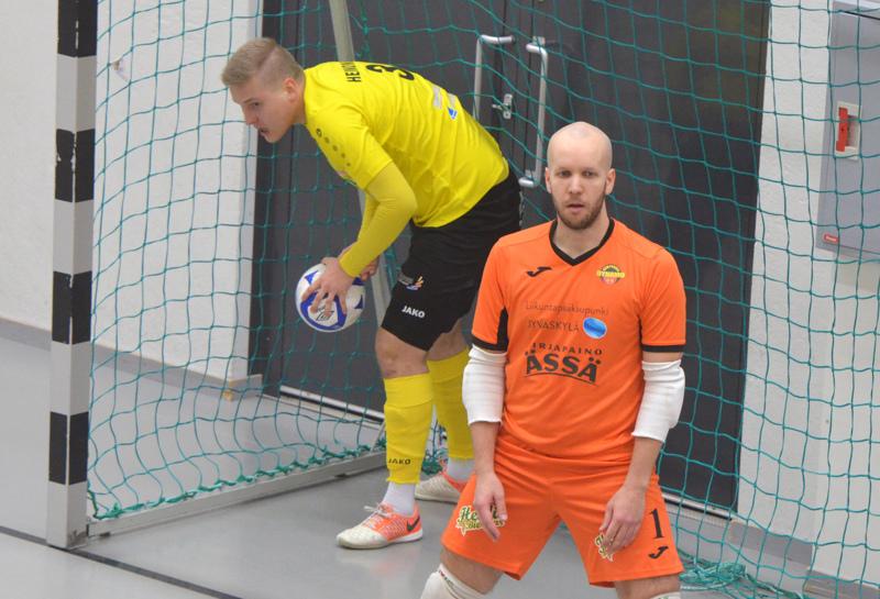 Jesse Heinonen kävi noukkimassa pelivälineen kavennusmaalinsa jälkeen. Niila-Ville Laitinen torjui kaiken mahdollisen ja lopussa hieman mahdottomankin.