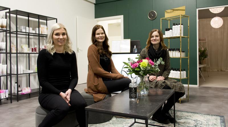 Jenna Lapinoja (vas.) on liittynyt Henriikan Hiuspajan tiimiin. Henriikka Hannula oikealla ja keskellä Sofia Manninen.