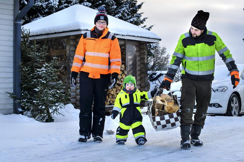 Jonna Korkiakangas-Sahipakan ja Antti Sahipakan esikoinen, kaksivuotias Arttu kulkee mukana maatilan töissä sen, minkä kykenee.