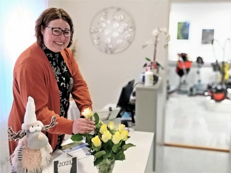 Se, että Nina Brännström rakastaa ruusuja, näkyy myös oman tukkukaupan tiskillä.