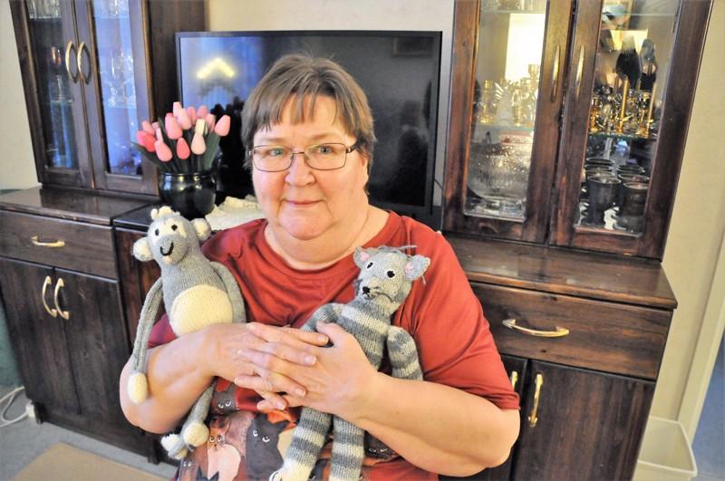Anne-Marie Kolehmainen on koko elämänsä harrastanut ompelua ja kutomista. Taustalla aviomiehen Jaakko Kolehmaisen nikkaroima lipasto sekä vaimolleen vuosia sitten sorvaamat puutulppaanit.
