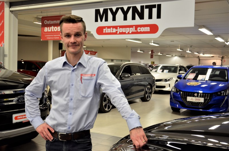 Myyntipäällikkö Matti Rättyä kertoo vaihtoautovalikoimien kasvavan merkittävästi Ylivieskassa.