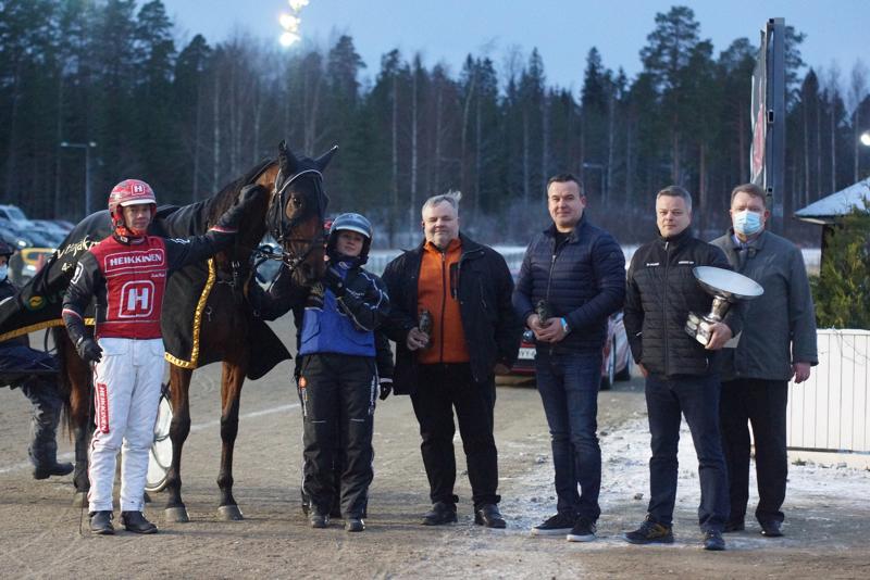 Moonlight Velvetin arvokasta voittoa olivat juhlimassa ohjastaja Santtu Raitala, valmentaja-osaomistaja Eija Sorvisto, kasvattaja Jorma Heinonen, omistajiin kuuluvat Janne Salmela ja Mika Pajukoski sekä kilpailun sponsoreihin kuuluva Heikki Kankainen.