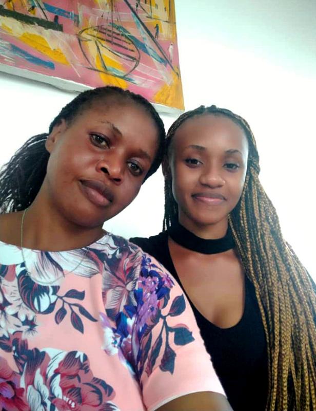 Opettaja Neema Mjengwa toimii Tansaniassa yhdyshenkilönä Haapaveden ja Bagamoyon koulujen välillä. Kuvassa on myös hänen tytärensä.