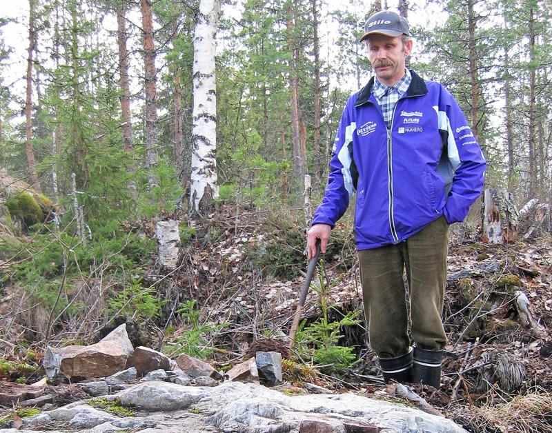 Kari Ahlholm tässä Geologian tutkimuskeskuksen kuvassa vuodelta 2004, kun hän oli voittanut kansannäytepalkinnon.