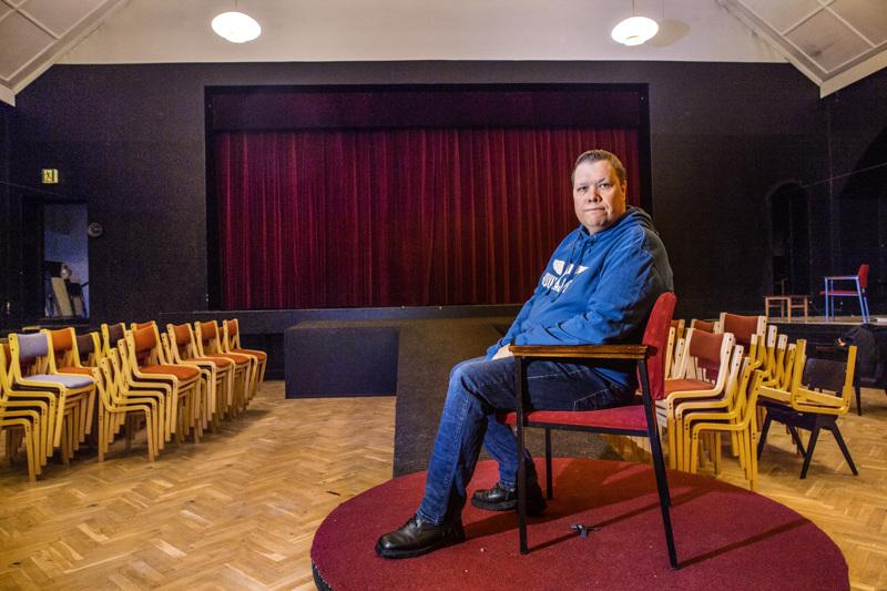 Lavasteratkaisut estävät Pietarsaaren Näyttämön Juurihoitoa-näytelmän siirtämistä kesäteatteriin. Sauli Isokoski kertoo, että näillä näkymin ensi-ilta on syyskuun viimeisenä lauantaina.