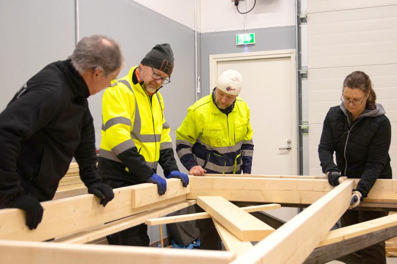 Keski-Pohjanmaan Retkimelojat aloitti kajakkivajan rakentamisen vuodenvaihteessa. Kuvassa John Hagnäs (vas.), Jouni Vähäsöyrinki, Ron Store ja Annika Kauppinen.