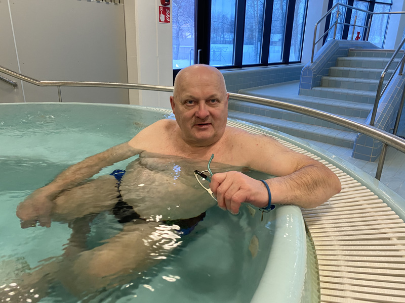 Olavi Lepolalle uimahallissa käynti on myös sosiaalinen tapahtuma.