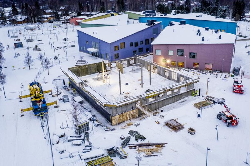 Isokylän koulun rakennustyömaa seisoo ja odottaa uusia suunnitelmia.