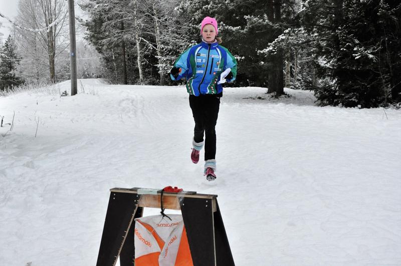 Maalin juokseva Matleena Ketola löysi rastit hyvin Köykärin talvirasteilla.