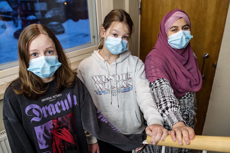 Pietarsaaren Etelänummen koulun kuudennen luokan oppilaat Veera Kontio Venla Kautiainen ja Rawan Alshaban kertovat, että maskin kanssa tottuu elämään.
