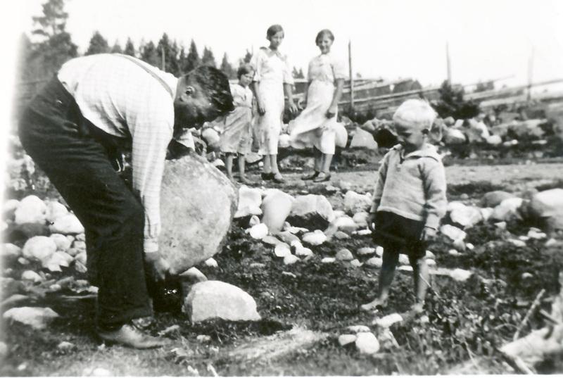 Väkikivi nousee Johannes Viitalan väkevissä käsissä. Pikkupoika Aatos Viitala. Kuva otettu vuonna 1932.