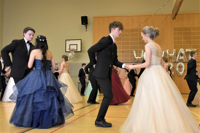 Pietarsaaren lukion vuoden 2020 vanhojen tanssit 14. helmikuuta, kun koronapandemia oli Suomessa vasta paha aavistus.